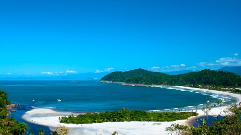 Vista geral da Praia Barra do Una, em São Sebastião, ótimo destino para viajar em janeiro