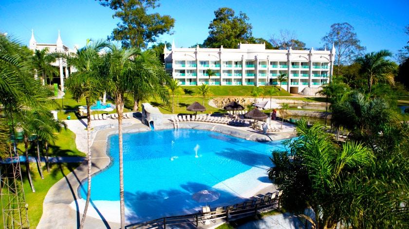 Vista geral para o prédio principal e a piscina do Mavsa Resort, opção para o Carnaval no interior