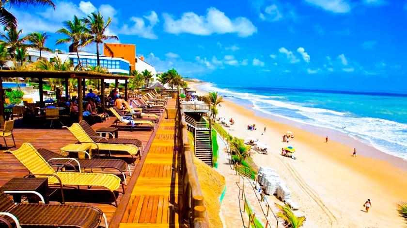 Espreguiçadeiras com vista para a praia no Ocean Palace, resort All-Inclusive no Nordeste