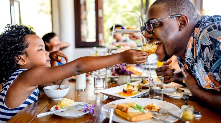 Família almoçando junto em um hotel com Pensão Completa inclusa na tarifa