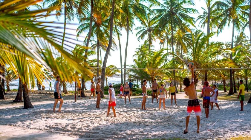 Hóspedes jogando vôlei do Sauípe Sports