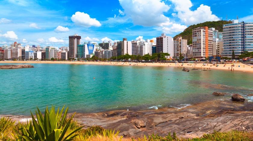 Vista para prédios e a Praia do Camburi, em Vitória, opção para viajar em janeiro