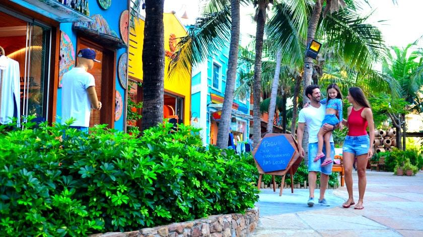 Família caminhando pela Vila Azul do Mar, centro de conveniência do Beach Park, em Fortaleza