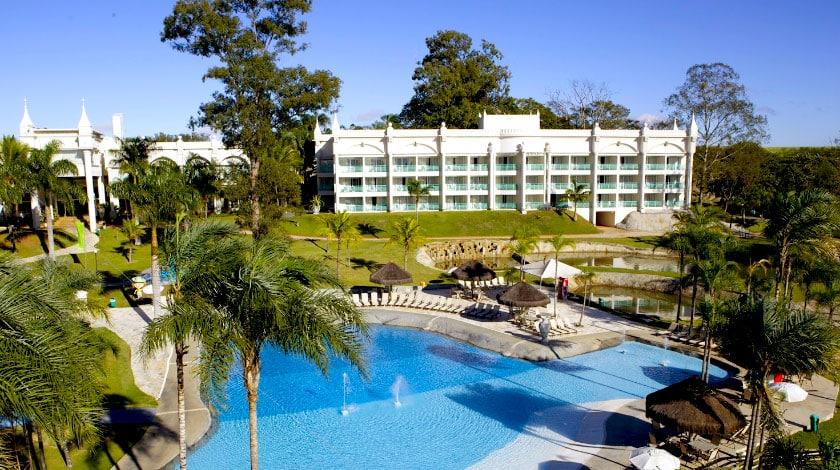 Vista para piscina e fachada do Mavsa Resort All-Inclusive, para viajar em março
