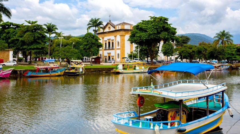 Vista para igreja do centro histórico de Paraty, ideal para viajar em março