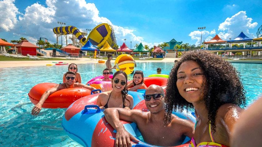 Amigos curtindo o Wet'n Wild, um dos melhores parques aquáticos de São Paulo e do Brasil