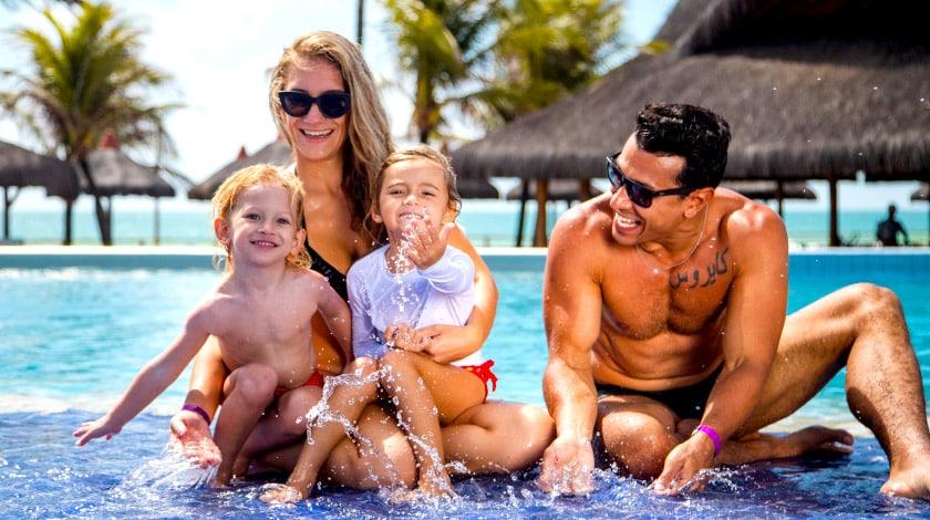 Família na piscina do Enotel Convention, em Porto de Galinhas