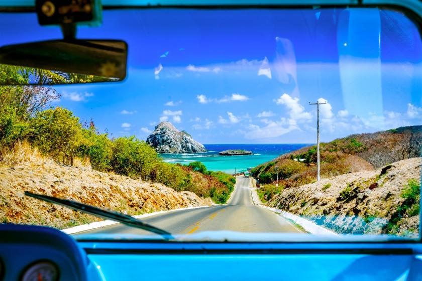 Foto de estrada de Fernando de Noronha, em Pernambuco, um dos principais destinos do Brasil