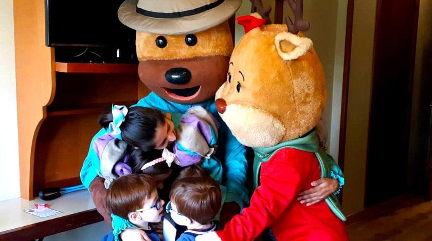 Mascotes do Hotel Alpestre abraçando crianças na recreação