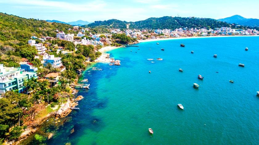 Vista geral da Praia de Bombinhas, destino nos roteiros para viajar no Sul