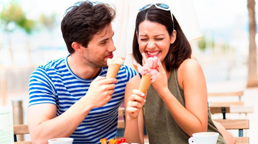 Casal tomando sorvete