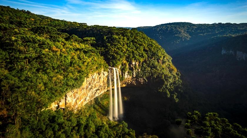 Vista geral da Cascata do Caracol, em Canela, destino entre os roteiros no Sul do país