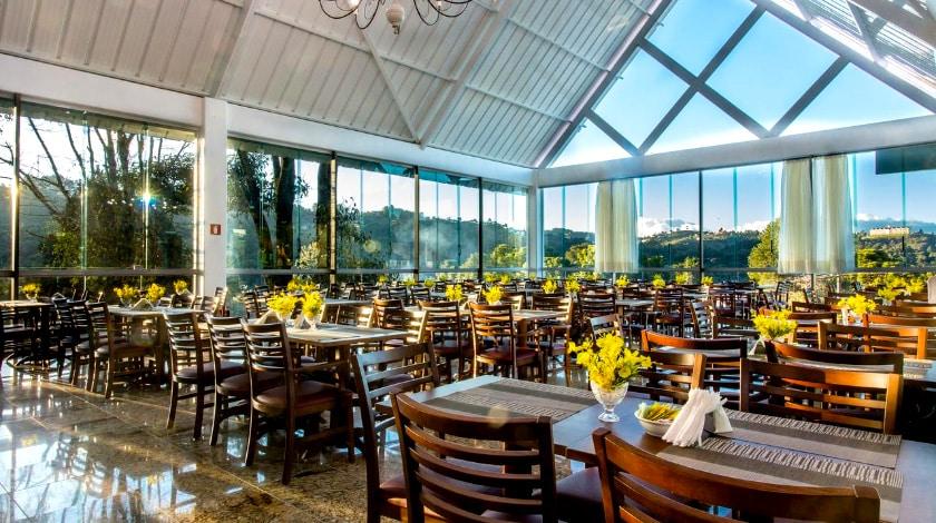 Restaurante do Dan Inn Campos do Jordão, com vista panorâmica da cidade