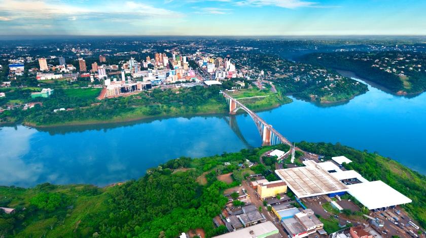 Vista aérea da Ponte da Amizade, que liga Foz do Iguaçu e a Ciudad del Este
