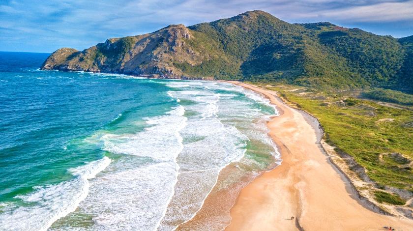 Vista aérea Praia Lagoinha do Leste, em Florianópolis, destino entre os roteiros no Sul