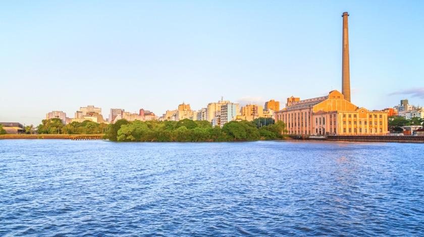 Vista geral Lago Guaíba, em Porto Alegre, destino entre os roteiros de viagem no Sul