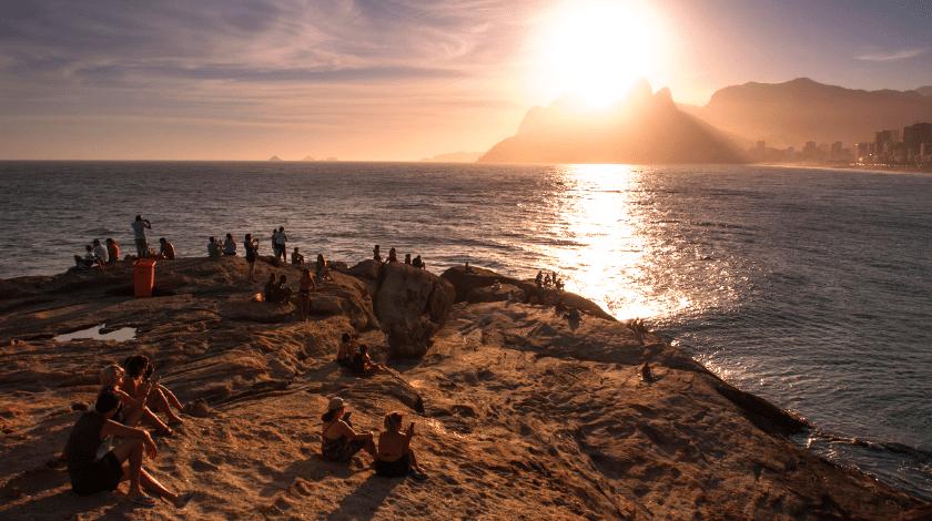 Pôr do Sol visto da Pedra do Arpoador, destaque entre as praias do Rio de Janeiro