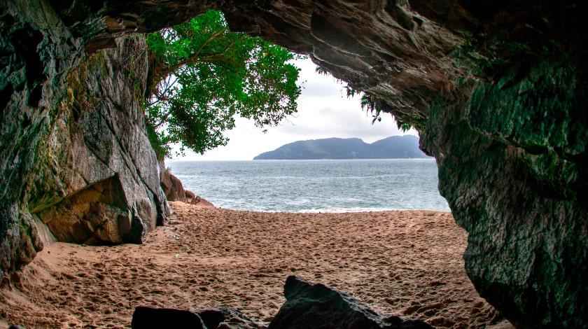 Vista mar a partir da gruta da Praia da Sununga, em Ubatuba