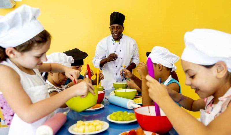 Crianças na cozinha experimental do Mundo Kids, no Vale Suíço Resort