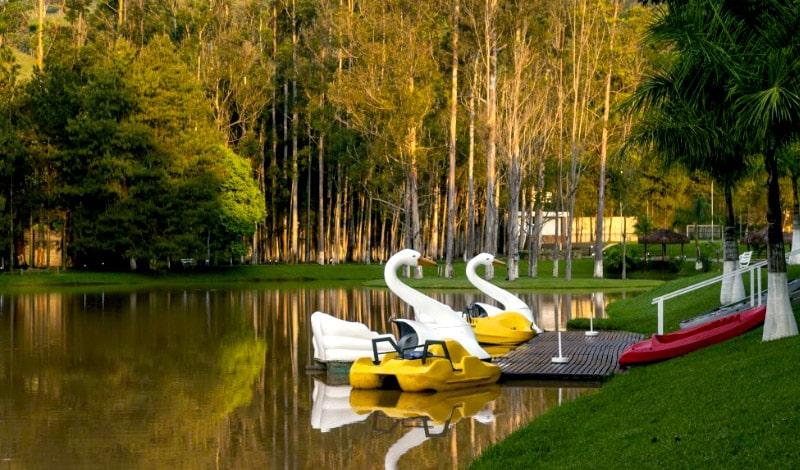 Lago e pedalinhos do Vale Suíço Resort