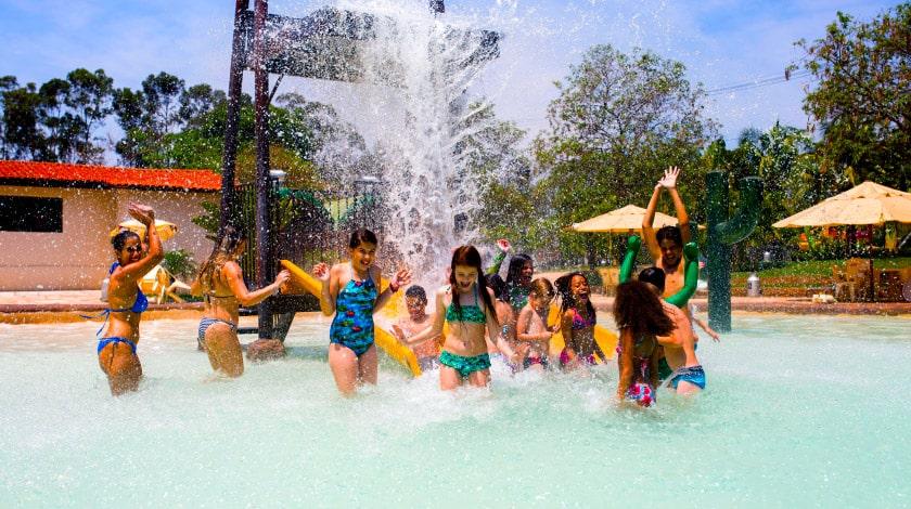 Atividades da recreação infantil do resort