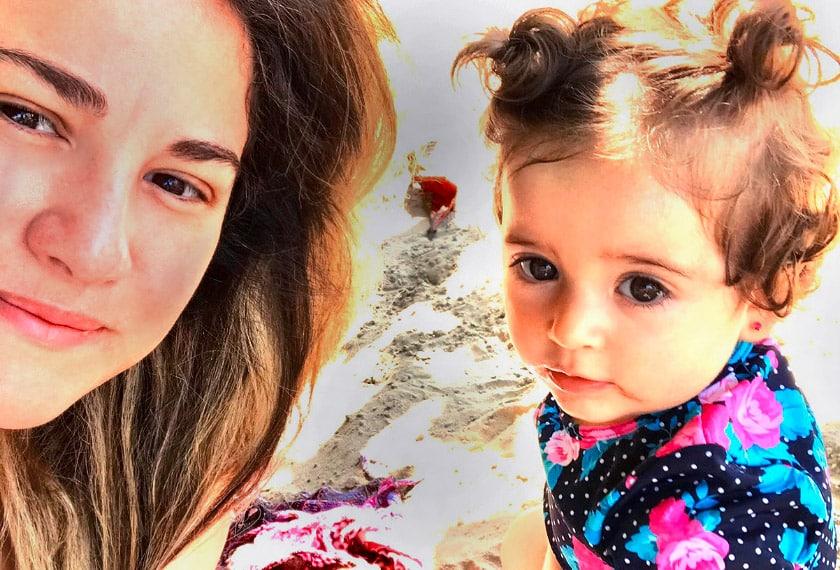 Camila e Olivia na praia - Dia das Mães