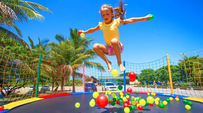 Criança brincando no Infinity Blue Resort