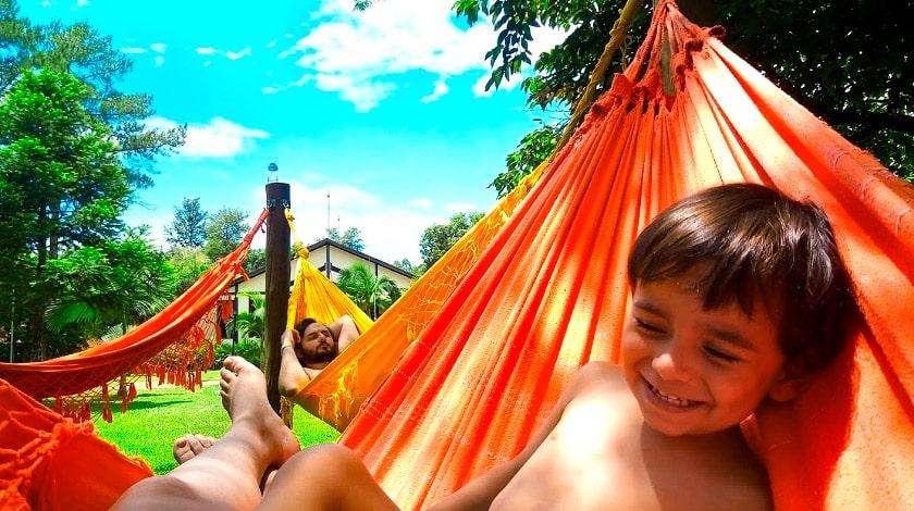 Juliana Miguel e Gabriel na rede do Lagos de Jurema Resort - Dia das Mães