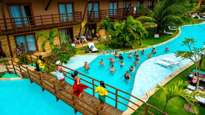 Monitores fazendo atividades na piscina do Praia Bonita Resort