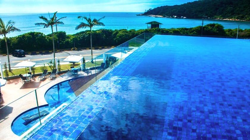 Piscina de borda infinita no Reserva Praia Hotel