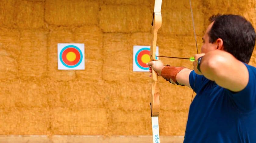 Homem no arco e flecha do Royal Palm Plaza Resort