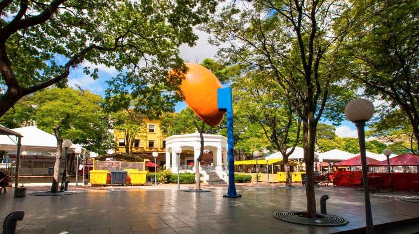 Praça da Matriz e orelhão gigante em Itu