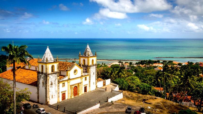 Vista panorâmica para o igreja de Olinda e o mar