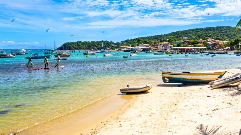 Barcos atracados na Praia da Armação - o que fazer em Búzios