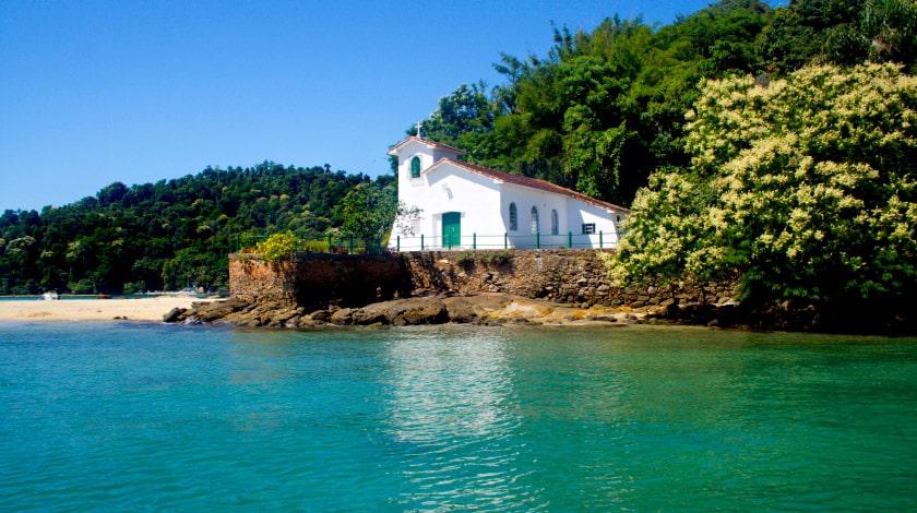 Praia e Igreja da Piedade, na Ilha de Gipóia, em Angra dos Reis