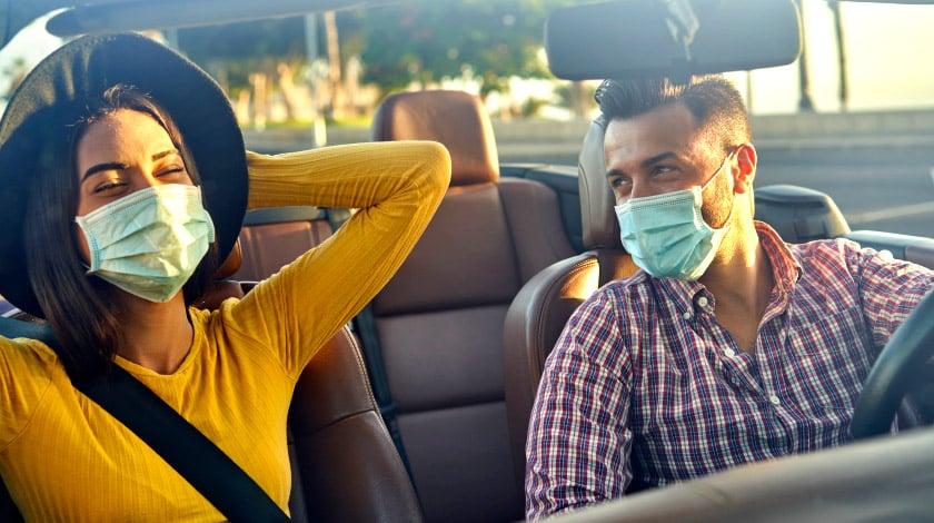 Casal viajando de máscaras, usando máscaras