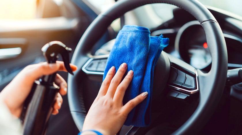 Carro sendo limpo para viajar durante a pandemia