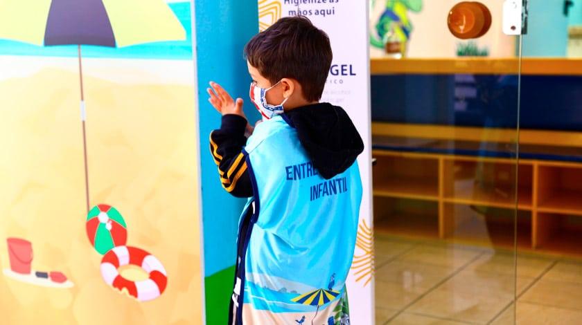 Criança higienizando as mãos no Costão do Santinho