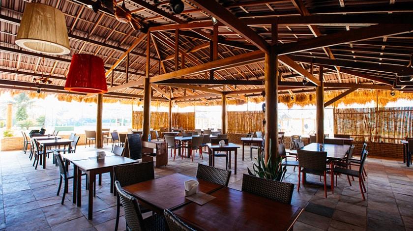 Um dos restaurantes do Salinas Maceió Resort