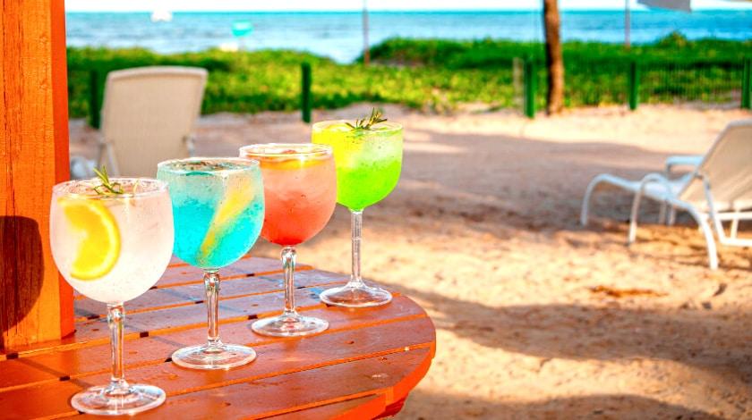 Bebidas servidas pelo bar na Praia de Maragogi