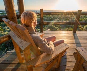 Foto mulher olhando para o horizonte