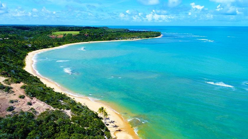 Vista aérea de praias em Trancoso, na Bahia