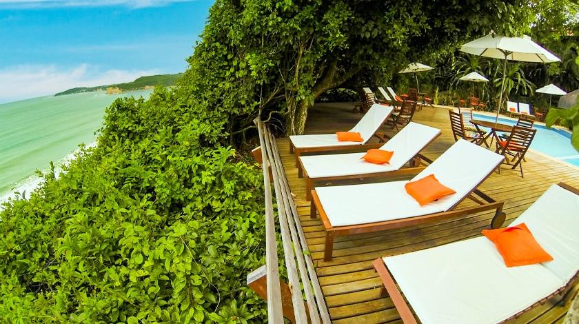 Deck à beira-mar do Hotel Ponta do Madeiro