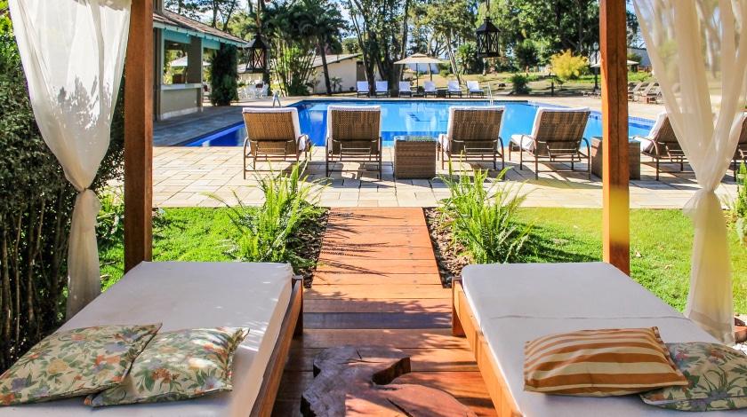 Espreguiçadeiras e piscina Hotel & Golf Clube dos 500