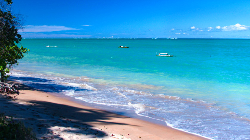 Mar azul da Praia do Patacho, uma das principais da região de São Miguel dos Milagres