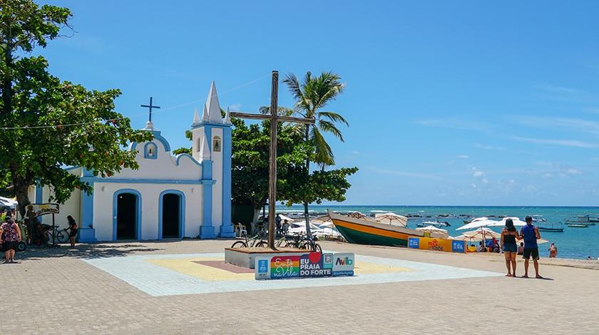Igreja de São Francisco de Assis, à beira-mar na Praia do Forte, Bahia